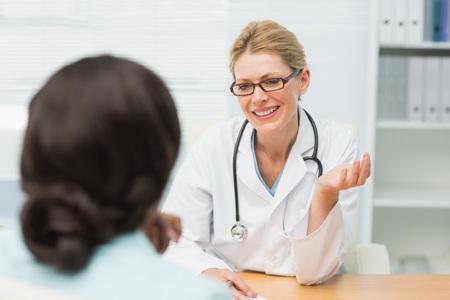 врач объясняет женщине что такое фиброаденома молочной железы