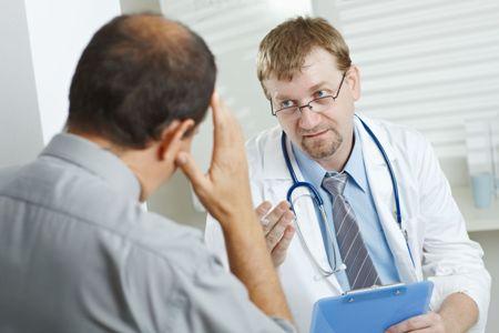 врач разговаривает с пациентом о причинах гинекомастии