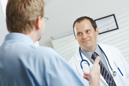 мужчина с заболеванием гинекомастия на приеме у врача