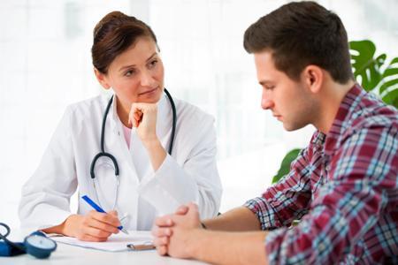 мужчина с гинекомастией на приеме у врача