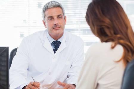 врач объясняет методы лечения мастита