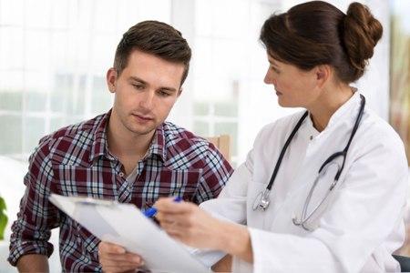 молодой человек на приеме у доктора