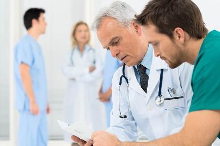 доктора обсуждают сложный случай