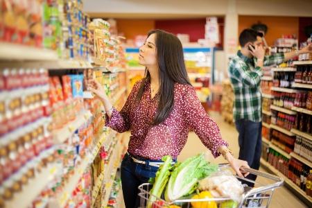 женщина выбирает полезные продукты