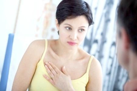 женщина с симптомами рака груди на консультации врача онколога