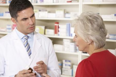 специалист подбирает лекарство от мастопатии