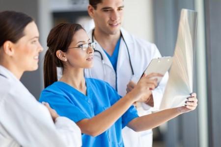 врачи онкологи изучают снимок молочных желез