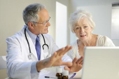 врач настаивает на традиционном лечении рака груди