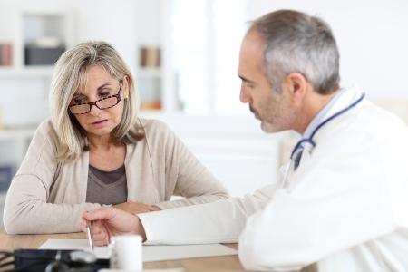 женщина на консультации у врача онколога