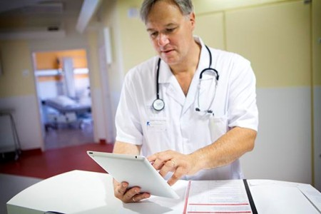 врач оценивает эффективность лечения
