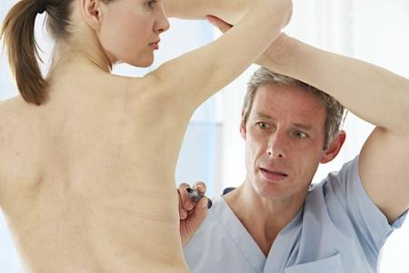 женщина после мастэктомии на приеме у хирурга
