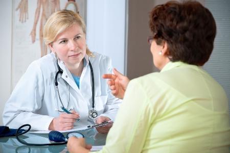 женщина с лимфостазом руки на приеме у врача