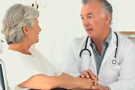 доктор успокаивает пациента