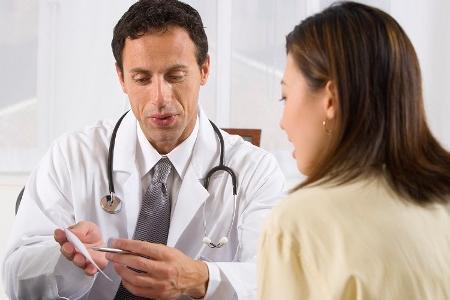 врач маммолог назначает лечение при диффузной фиброзной мастопатии
