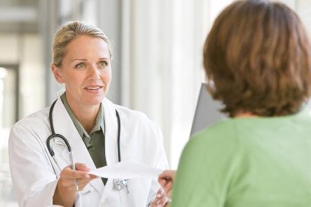 врач маммолог назначает лечение при мастопатии