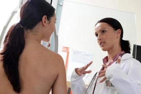 врач объясняет как проводят пункцию кисты молочной железы