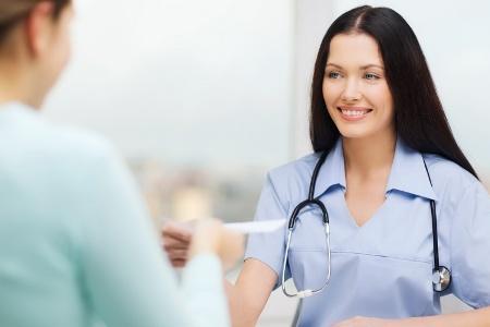 врач маммолог назначает лечение при железистой мастопатии