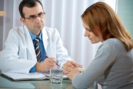 женщина на приеме у врача онколога