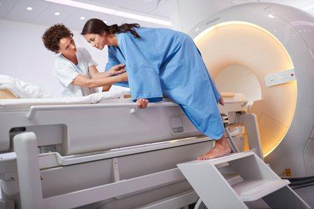 женщина проходит мр маммографию