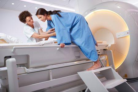 женщина проходит магнитно-резонансную томографию