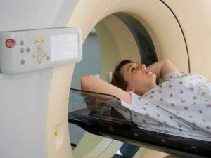 женщина на магнитно-резонансной томографии