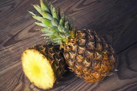 пара ананасов