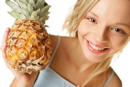 женщина держит в руке ананас