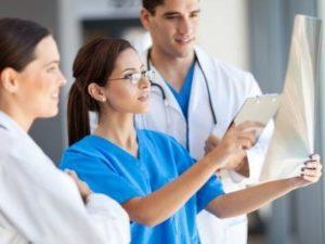 врачи изучают результаты исследования