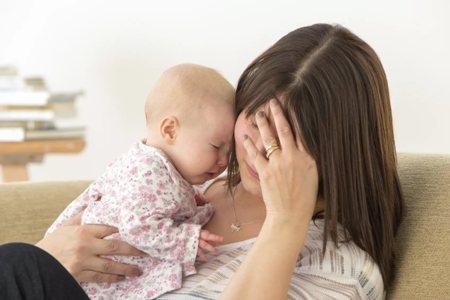 уставшая мама с грудным ребенком