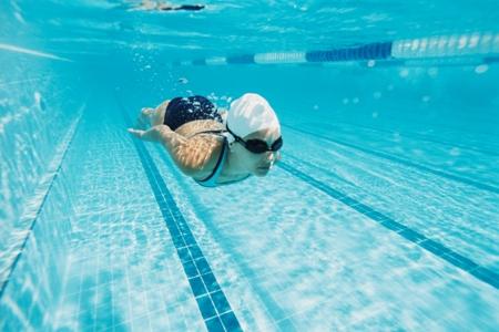 женщина занимается плаванием