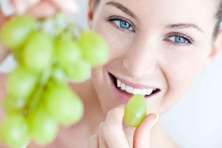 новоиспеченная мама пробует виноград