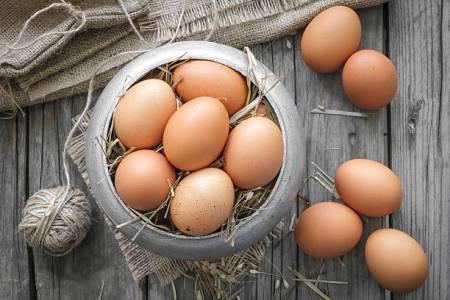 Яйца при грудном вскармливании: риски при включении в рацион кормящей мамы