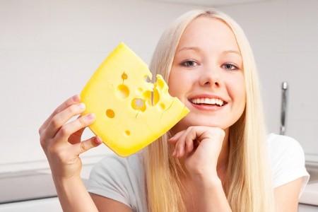 женщина держит сыр в руках