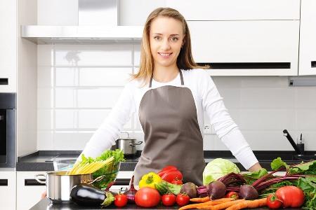 молодая мама на кухне