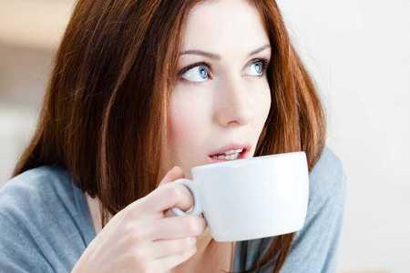 женщина пьет чай с корицей