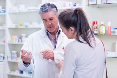 женщина покупает лекарства в аптеке